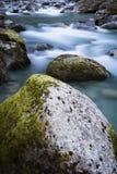De mooie bergrivier gaf ossau van D ` in lange blootstelling, de Pyreneeën, Frankrijk royalty-vrije stock afbeeldingen