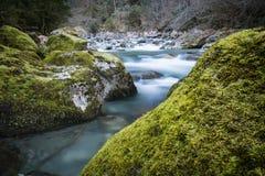 De mooie bergrivier gaf ossau van D ` in lange blootstelling, de Pyreneeën, Frankrijk royalty-vrije stock fotografie
