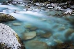 De mooie bergrivier gaf ossau van D ` in lange blootstelling, de Pyreneeën, Frankrijk stock foto