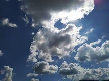 De mooie bewolkte blauwe hemel van de herfst stock foto's