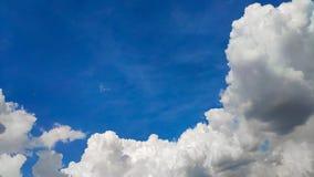 De mooie blauwe hemel en de grote witte cumulus betrekken, zachte nadruk, achtergrond stock fotografie