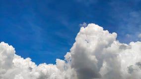 De mooie blauwe hemel en de grote witte cumulus betrekken, zachte nadruk, achtergrond royalty-vrije stock foto