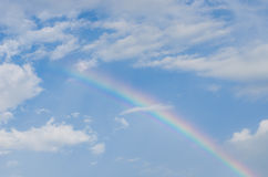 De mooie blauwe hemel na regen, een regenboog kleurde hemel na de altijd duidelijke regen Royalty-vrije Stock Afbeeldingen