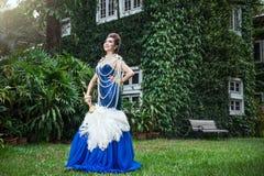 De mooie blauwe kleding van de ladyinluxe met parel Royalty-vrije Stock Afbeelding
