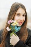 De mooie bloemen van de meisjesholding Stock Afbeelding
