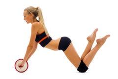 De mooie blonde doet gymnastiekoefeningen Stock Foto's