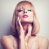 De mooie blonde korte vrouw van de haarstijl wat betreft de handen maakt schoon Stock Afbeeldingen