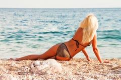De mooie blonde op kust van de Zwarte Zee royalty-vrije stock foto's