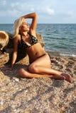 De mooie blonde op kust van de Zwarte Zee stock foto's