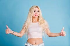 De mooie blondevrouw isoleerde lichtblauwe achtergrond royalty-vrije stock foto