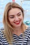 De mooie blondevrouw lacht en hebbend pret op vakantie, in t-plotseling gestript De zomer royalty-vrije stock fotografie