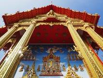 De mooie Boeddhistische tempel stijgt in blauwe hemel