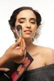 De mooie Borstel van het Meisje en van de Make-up royalty-vrije stock fotografie