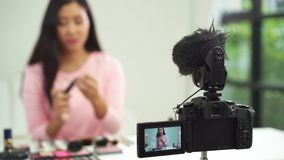De mooie borstel van het vrouwengebruik terwijl het overzicht tot de uitzending omhoog van een privé-leraar levende video aan soc stock footage