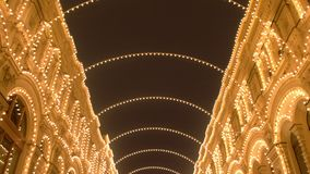 De mooie bouw met bogen in Kerstmislichten bij nacht stock videobeelden