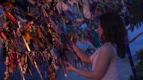 De mooie bruid bindt lint op wensboom, huwelijksceremonie, symbolische traditie stock video