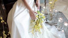 De mooie bruid houdt een huwelijks kleurrijk boeket stock footage