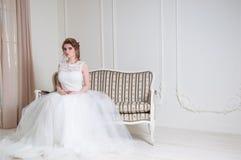 De mooie bruid met het kapsel van het manierhuwelijk en maakt omhoog Stock Foto's