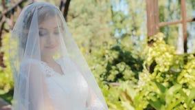 De mooie bruid stelt aan fotograaf openlucht stock video