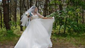 De mooie bruid stelt met huwelijksboeket stock videobeelden