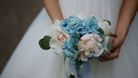 De mooie bruid stelt met huwelijksboeket stock video