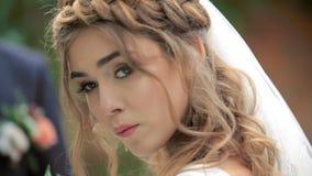 De mooie bruid van het portret het mooie bruid stellen voor een fotograaf stock videobeelden