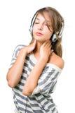 De mooie brunette die in muziek, ogen wordt ondergedompeld sloot Royalty-vrije Stock Afbeeldingen