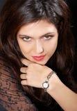 De mooie brunette van het portret o met horloge. Stock Foto