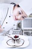 Chef-kok die dessert voorbereiden royalty-vrije stock fotografie