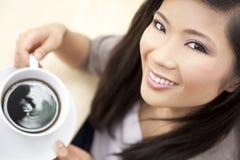 De mooie Chinese Aziatische het Drinken van de Vrouw Koffie van de Thee Royalty-vrije Stock Afbeeldingen