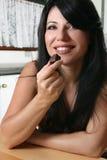 De mooie chocolade van de vrouwenholding stock afbeelding