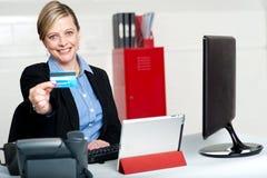 De mooie collectieve creditcard van de vrouwenholding Stock Afbeeldingen