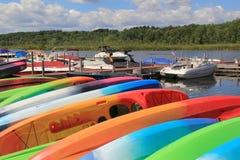 De mooie dag op het water, met kleurrijke kajaks en boten, Kajak Shak, Saratoga springt, New York, 2016 op Stock Afbeelding
