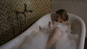De mooie dame is in het bad stock footage