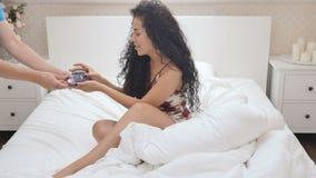 De mooie dame krijgt koffie in het bed stock videobeelden