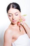 De mooie dame met lilly bloeit Perfecte huid stock foto's