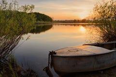 De mooie de zomerzonsondergang bij de rivier met blauwe hemel, rood en sinaasappel betrekt, groen bomen en water Royalty-vrije Stock Afbeeldingen