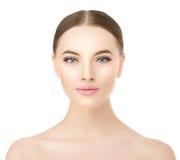 De mooie dichte omhooggaande studio van het vrouwengezicht op wit Beauty spa model stock foto