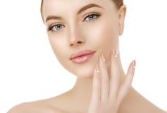 De mooie dichte omhooggaande studio van het vrouwengezicht op wit Beauty spa model stock foto's