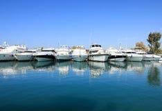 De mooie die jachten van de de zomertijd in Glyfada-haven, Athene, Griekenland worden vastgelegd royalty-vrije stock fotografie