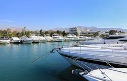 De mooie die jachten van de de zomertijd in Glyfada-haven, Athene, Griekenland worden vastgelegd royalty-vrije stock afbeeldingen