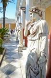De mooie die standbeelden in Achilleion tuinieren op het Eiland Korfu door prinses Sissi wordt gebouwd Stock Foto