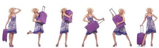 De mooie die vrouw met koffer op wit wordt ge?soleerd stock foto