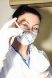 De mooie donkerbruine arts vult injectie Stock Foto