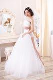 De mooie Donkerbruine bruid wordt klaar Stock Foto