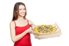 De mooie donkerbruine doos van de vrouwenholding met pizza Royalty-vrije Stock Foto's