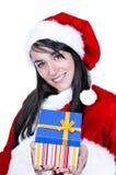 De mooie donkerbruine dragende Kerstman met gift Stock Foto