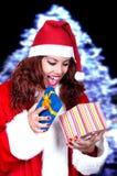 De mooie donkerbruine dragende Kerstman met gift Stock Fotografie