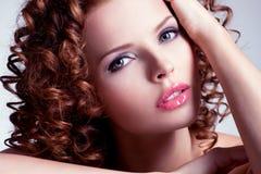 De mooie donkerbruine jonge vrouw met helder maakt omhoog Royalty-vrije Stock Fotografie