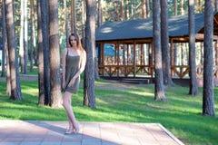 De mooie donkerbruine jonge vrouw stelt in openlucht royalty-vrije stock foto
